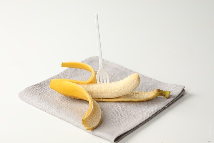 La banana, essendo ricca di potassio, aiuta ad equilibrare la quantità d'acqua presente nel nostro corpo, riducendo quella di sodio in eccesso.