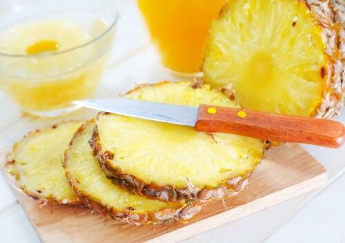 uno dei frutti anticancerogeni più amati è l'ananas