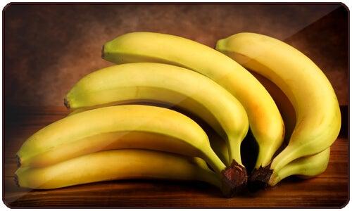 Le banane sono ricche di fibre, carboidrati, potassio, vitamina A, vitamina C e triptofano