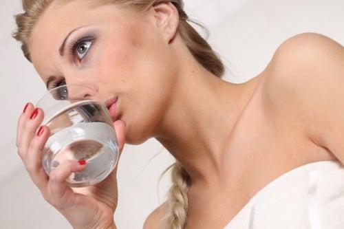 Ragazza-bionda-beve-un-bicchiere-di-acqua