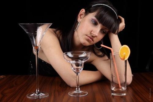 Ragazza depressa dopo aver bevuto