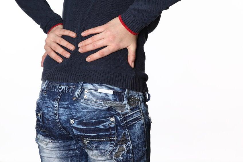 Il dorso in una vita fa male a destra dà a una gamba e in un inguine