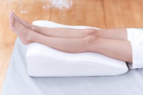 Dormite con i piedi alzati! Per soffre di infiammazione cronica alle gambe può aiutare mettere dei cuscini sotto i piedi mentre si dorme.