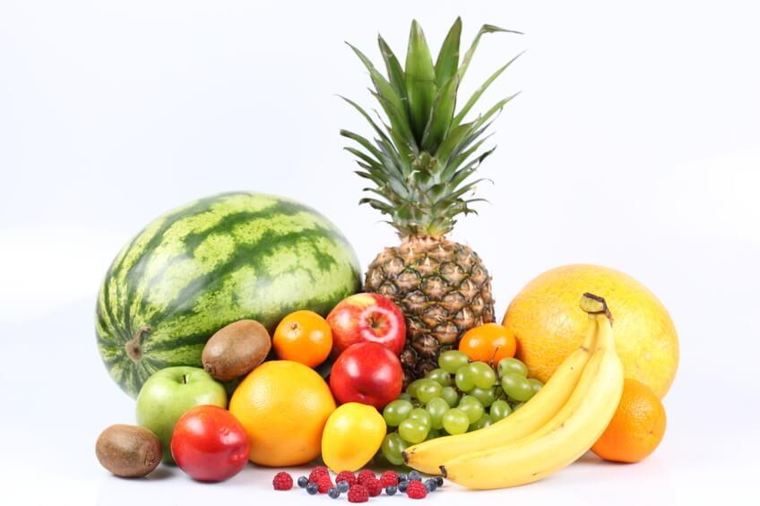 Per evitare l'infiammazione dello stomaco prodotta dalla stitichezza, l'ideale è consumare della frutta cruda.