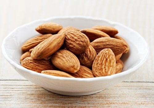 100 gr di mandorle comune apportano un'importante quantità di vitamina E (26, 22 mg).