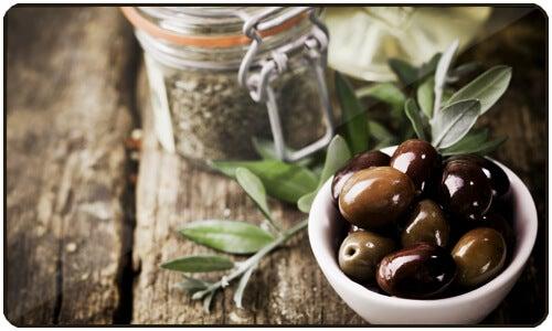 Il regolare consumo di olio d'oliva è consigliato sia per l'ipertensione sia per altri problemi di salute.