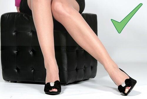 Non incrociate le gambe! Stare seduti con le gambe incrociate può rallentare la circolazione da e verso le gambe.