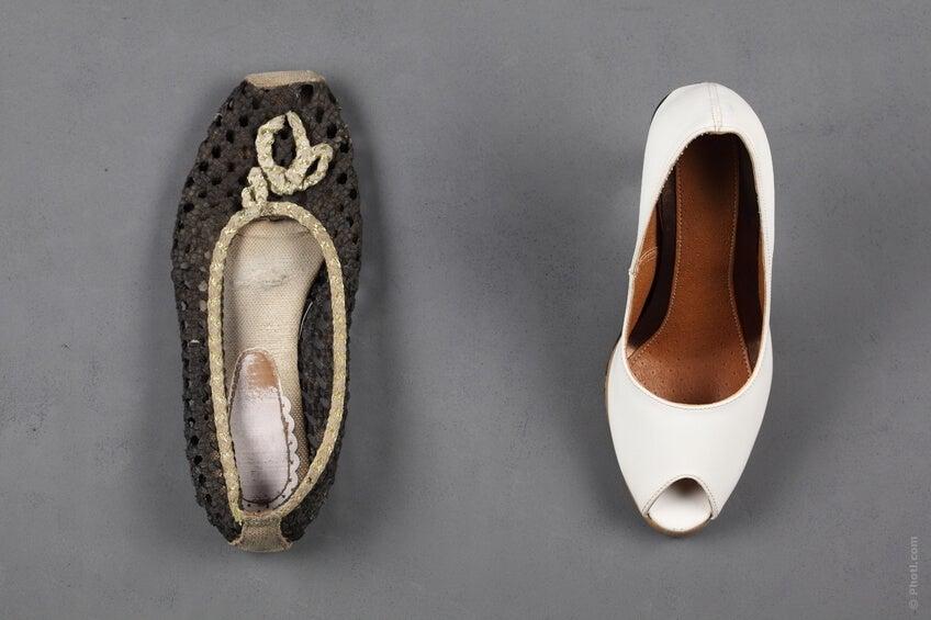 L'ideale sarebbe avere sempre a portata di mano un paio di scarpe di scorta più comode (ballerine, ciabatte o scarpe da ginnastica) e ogni volta che abbiamo un attimo di pausa e le circostanze ce lo permettono, cambiarle.