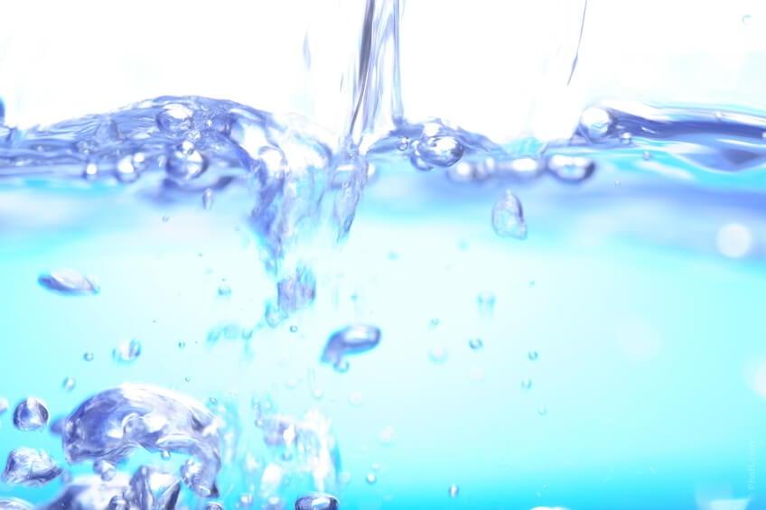 Acqua: fondamentale e sempre indispensabile. Sono consigliati due tre litri d'acqua al giorno per pulire le vie urinarie e combattere l'infezione.