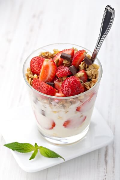 Yogurt con frutta e cereali