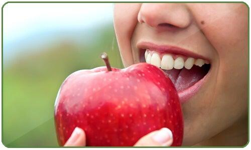 La mela è ipotensora, cosa che la rende un'ottima alleata nella riduzione della pressione sanguigna in casi di ipertensione.
