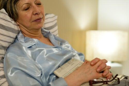donna anziana durante il sonno