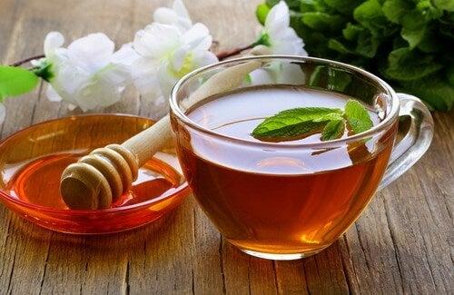 Infuso purificante con miele, aceto di mele e tè