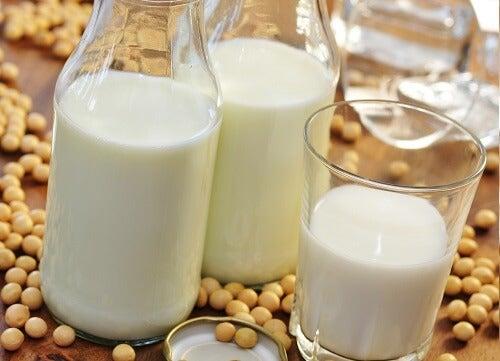 La soia e gli yogurt fermentati sono molto adeguati per ottenere la nostra dose quotidiana di calcio.