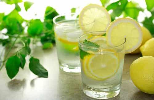 Acqua calda e limone per iniziare la giornata