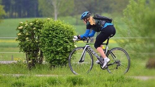 Ragazza su bicicletta