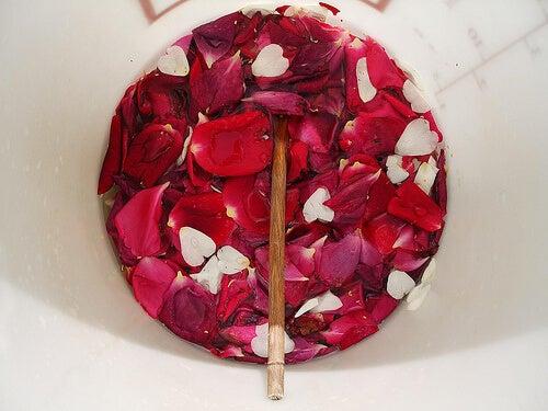 rosa e petali per mani screpolate