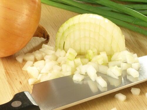 Cipolla per eliminare le macchie sulla pelle