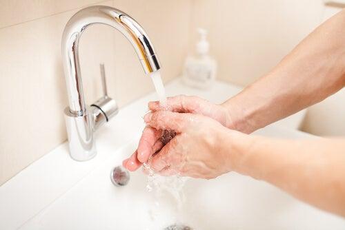 Lavare le mani prima di disinfettare una ferita