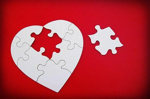 puzzle a forma di cuore con tassello mancante