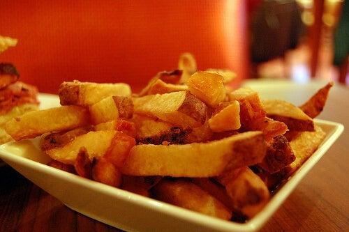 Le patatine sono in assoluto uno dei cibi che fanno ingrassare di più, fino a un chilo e mezzo all'anno.
