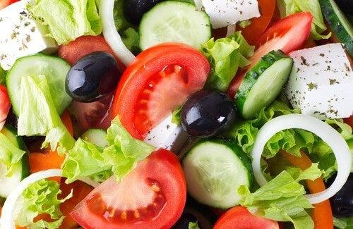 insalata dimagrante con pomodoro e cipolla
