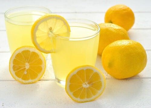 come schiarire i denti con limone
