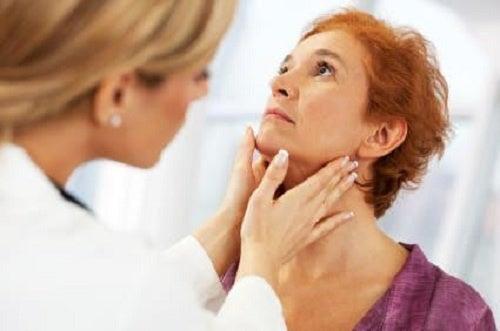 Donna con complicazioni alla tiroide