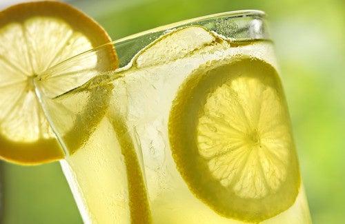 Acqua tiepida e limone: 10 benefici