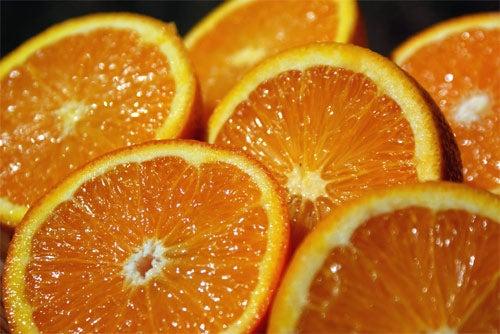 Il succo d'arancia diminuisce la quantità di radicali liberi nel corpo e aiuta a tenere sotto controllo il livello di colesterolo grazie all'alto contenuto di flavonoidi.