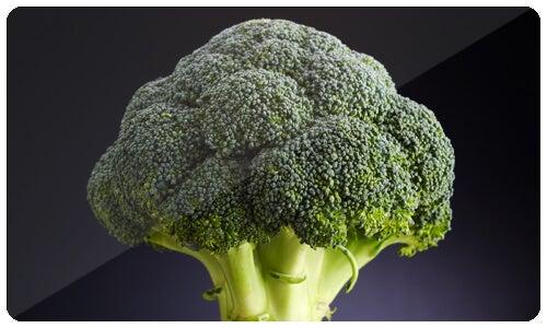 I broccoli hanno un alto contenuto di vitamina C e fibre; contengono anche molti nutrienti dalle proprietà anticancerogene.