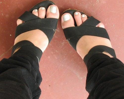 piedi con sandali stretti