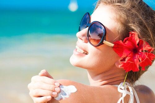 È importante applicare la protezione solare ogni volta che si esce da casa, anche se non vi esporrete direttamente al sole.