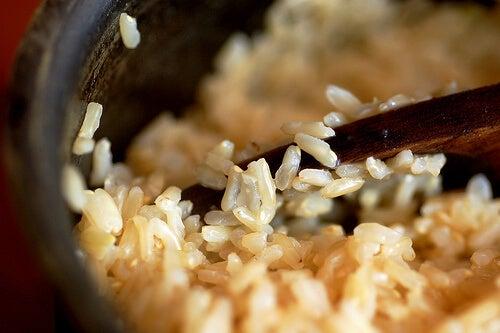 Il riso integrale possiede molta più fibra rispetto al riso tradizionale.