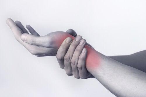 Dolore al polso è sintomo dell'artrite