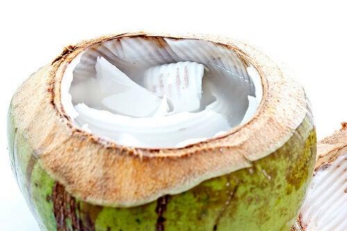benefici bevendo acqua di cocco