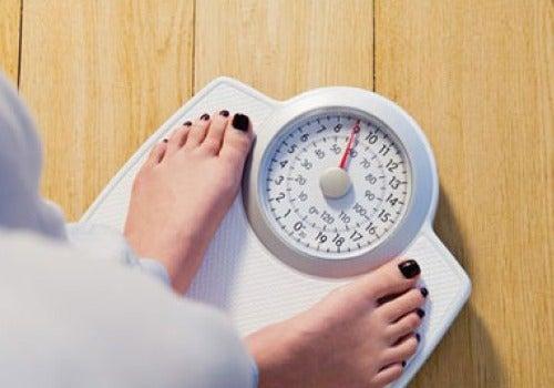 donna che si pesa