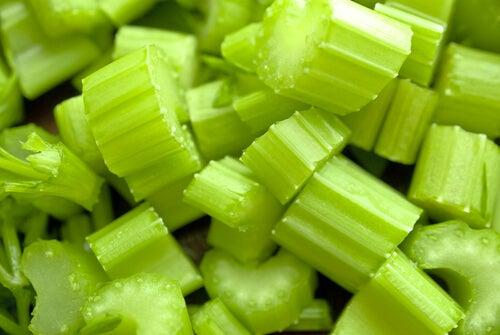il sedano è uno dei migliori rimedi naturali contro la forfora