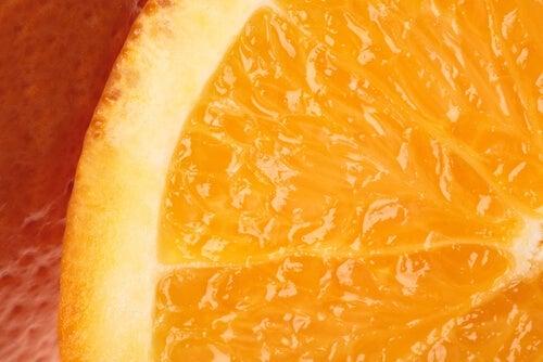 vitamina C in spicchio di arancia