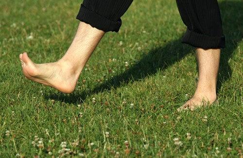 Benefici di camminare scalzi