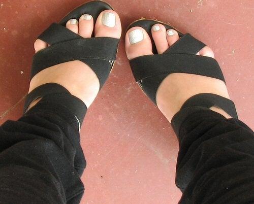 Piedi con scarpe aperte