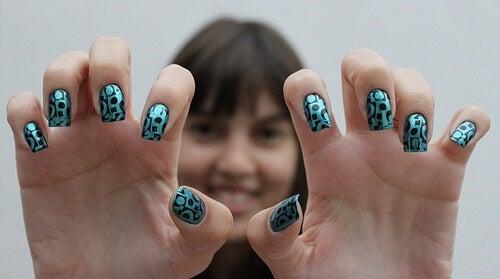 Ragazza con unghie decorate