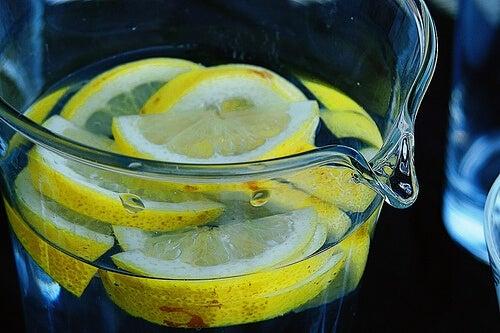 L'importanza di bere acqua e limone