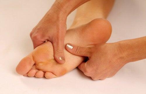 Dolore alla pianta del piede e rimedi naturali