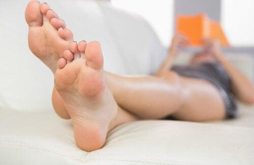 Sudorazione eccessiva dei piedi: rimedi per evitarla