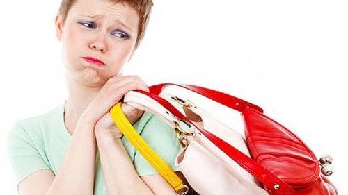 Donna triste con borsa sulla spalla
