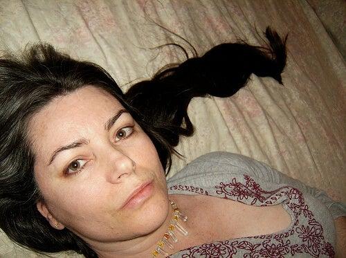 Donna con capelli lunghi