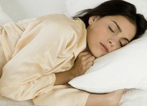 Dormire sul lato sinistro del corpo: i benefici