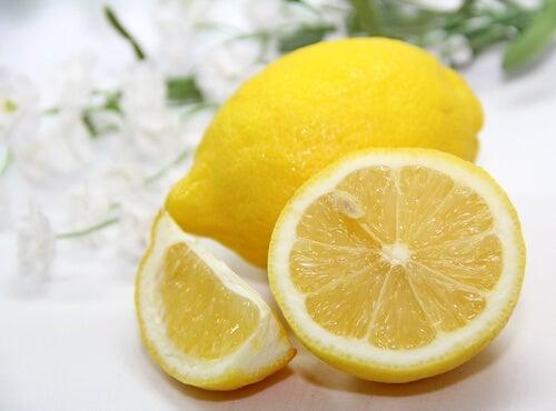 Limone per eliminare velocemente i punti neri