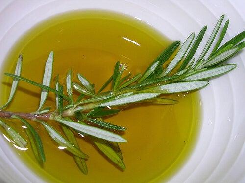 Ciotola con olio di rosmarino